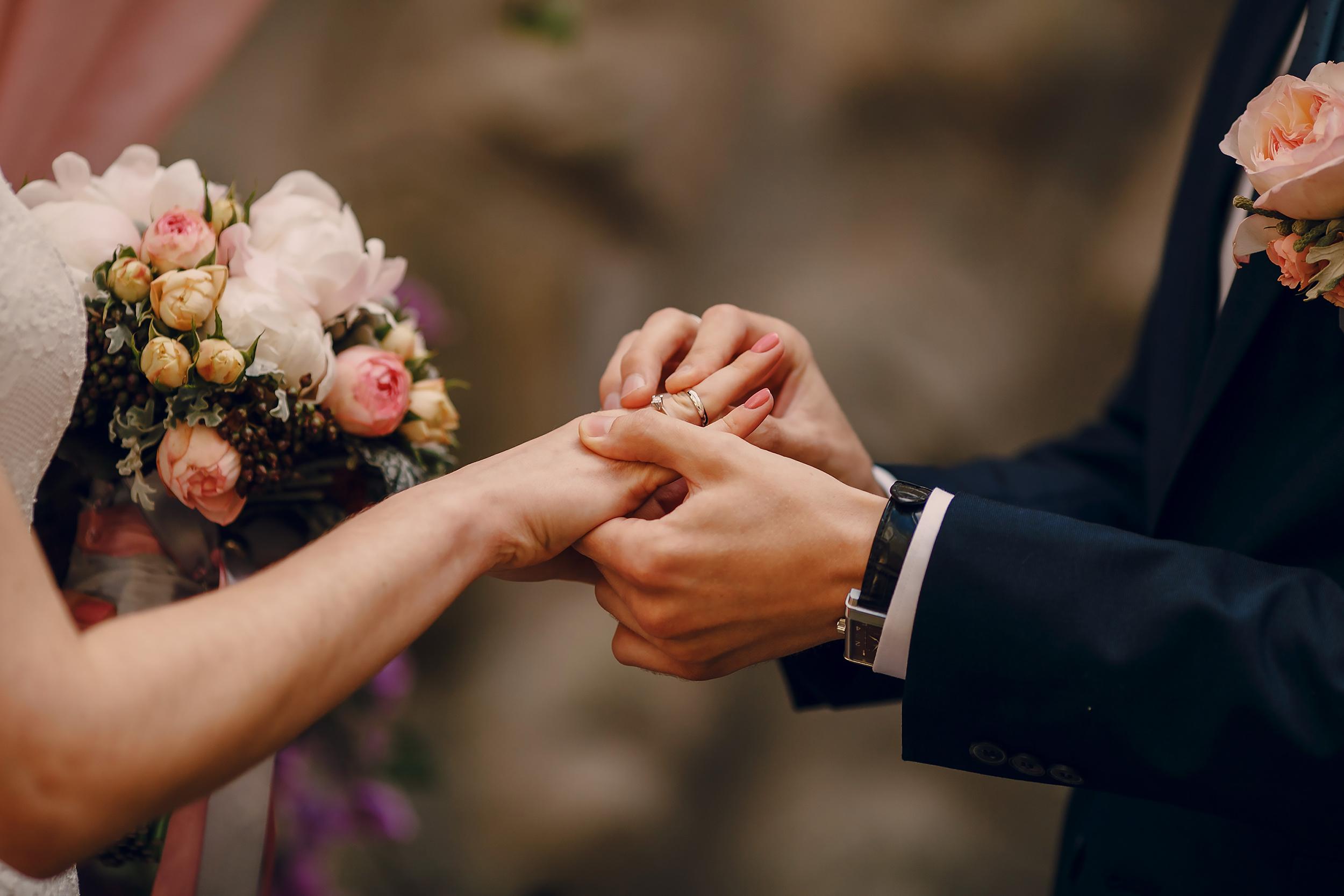 en qué dedo va el anillo de matrimonio