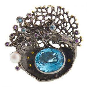 Anillo hecho a mano con topacio azul perla y amatistas de Tabata Morgana