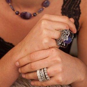 Anillos de plata con tanzanita y turmalinas y anillos geométricos de Tabata Morgana
