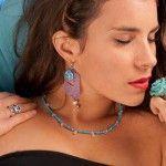 Collar de turquesas y cuarzo rosa. anillos de platas con gemas y flor azul.